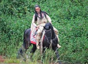 Tim Volkers als Winnetou mit dem Pferd Zorro an der Premiere des Stücks Winnetou II. (Bild: Romano Cuonz, Engelberg, 6. Juli 2018)