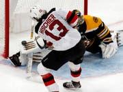 Nico Hischier verzögert den Schuss vor Bostons Goalie Jaroslav Halak geschickt und trifft zum 4:1 (Bild: KEYSTONE/AP/ELISE AMENDOLA)