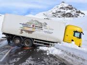 Das Sattelmotorfahrzeug blockierte nach dem Selbstunfall die Julierstrasse. (Bild: Kantonspolizei Graubünden)