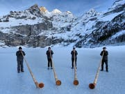Diese Alphorngruppe wagte sich bereits aufs Glatteis. Ab Samstag ist der Oeschinensee für alle frei zum Eislaufen. (Bild: zvg / Adrian Rösti)