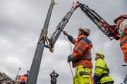 Der erste Mast für die Verlängerung der Trolleybuslinie 1 steht. (Bild. Nadia Schärli (Ebikon, 1. Oktober 2018))