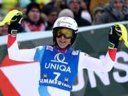 Wendy Holdener bejubelt ihren 3. Platz (Bild: KEYSTONE/AP/GIOVANNI AULETTA)