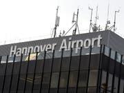 Ohne erkennbares Motiv legte ein junger Mann am Samstag den Flughafen Hannover für mehrere Stunden lahm, nachdem er mit seinem Auto aufs Rollfeld gefahren war. (Bild: KEYSTONE/AP dpa/HOLGER HOLLEMANN)