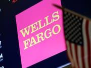 Der US-Finanzkonzern Wells Fargo hat sich mit amerikanischen Behörden auf eine weitere Millionenzahlung für sein ungebührendes Geschäftsgebaren geeinigt. (Bild: KEYSTONE/AP/RICHARD DREW)