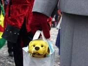 Ein Plüschhund in einer Tasche. (Bild: Archivbild LZ, 22. Februar 2001)