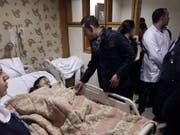 Der vietnamesische Botschafter in Kairo besucht in einem Spital eine beim Bombenanschlag auf einen Bus in Gizeh verletzte Frau. (Bild: KEYSTONE/AP Vietnam Embassy in Cairo)