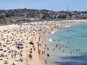 Australien steuert mit einer Rekord-Hitzewelle von über 40 Grad Celsius auf Silvester zu. Aber auch in anderen Regionen der Welt setzt extremes Wetter den Menschen zu. (Bild: KEYSTONE/EPA AAP/JOEL CARRETT)