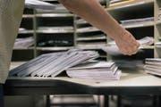 Ein Zürcher Pöstler hat über Jahre Briefe mit Bargeld gestohlen. (Bild: KEYSTONE/Christian Beutler)