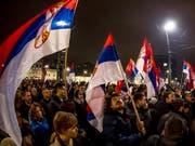 In Belgrad sind am Samstagabend erneut Tausende auf die Strasse gegangen, um gegen den Regierungsstil des serbischen Präsidenten Aleksandar Vucic zu protestieren. (Bild: KEYSTONE/EPA/SRDJAN SUKI)