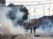 In Tunis haben Demonstranten in der Nacht zu Samstag Reifen angezündet, Strassen gesperrt und Sicherheitskräfte mit Steinen beworfen. (Bild: KEYSTONE/EPA/STR)