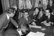James Schwarzenbach (Mitte) informiert nach der Abstimmungsniederlage. (Bild: Keystone (Bern, 6. Juni 1970))