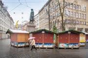 Die Einbrecher traten mehrmals gegen ein Häuschen am St.Galler Weihnachtsmarkt. Dabei wurden sie noch am Tatort von der Polizei aufgegriffen. (Bild: Urs Bucher)