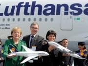 Wolfgang Mayrhuber zusammen mit der deutschen Bundeskanzlerin Angela Merkel und der damaligen Schweizer Bundespräsidentin Doris Leuthard bei der Eröffnung der Luftfahrtmesse ILA 2010 in Berlin. (Bild: KEYSTONE/AP/JENS MEYER)