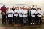 Küchenchef Daniel Zimmermann mit seiner Küchencrew und den Mahlzeitenfahrerinnen und -fahrern. (Bild: PD)