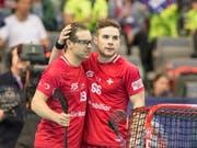 Matthias Hofbauer (links) und Tim Braillard (rechts) stehen mit der am Montag spielfrei gewesenen Schweiz als Viertelfinal-Teilnehmer an der WM in Prag fest (Bild: KEYSTONE/HANDOUT SWISS UNIHOCKEY/FABIAN TREES)