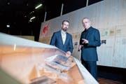 Museumsdirektor Marco Sigg (links) und Kurator Manuel Fabritz in der Sonderausstellung «gezeichnet. Die ‹Buchenwaldkinder› auf dem Zugerberg» im Museum Burg Zug. Bild: Maria Schmid (20. November 2018)