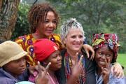 Eve Ensler während eines Besuchs auf der V-World Farm mit Christine Schuler-Deschryver (hinten links) und drei kongolesischen Mädchen, die auf der Pflanzung Arbeit gefunden haben. (Bild: PD)