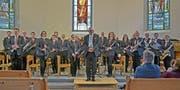 Harmonie: Leitung Erwin Lorant, mit den Solistinnen Katja Raschle (vorne rechts) und Belinda Frei (hinten, Fünfte von rechts), Patrick Fäh (vorne links) und Martin Karrer (hinten, Zweiter von links). (Bild: Peter Jenni)