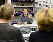 Armin Öhri hält mit der Lesung in der Biblio Sunneschy die Gäste unter Spannung. (Bild: Hansruedi Rohrer)
