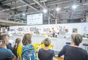 Zuschauer verfolgen einen Wettbewerb an den diesjährigen Swiss Skills in Bern. (Bild: Pius Amrein)