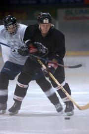 Aufnahme aus dem Jahr 2004: Ivan Griga (rechts) trainiert mit Thomas Riedener in der Eishalle Herisau. (Bild: Hannes Thalmann)