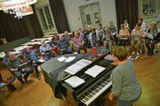 Chorleiterin Claudia Hugentobler probt mit den Sängerinnen und Sängern im «Trauben»-Saal. (Bild: Mario Testa)