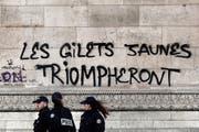 «Die Gelbwesten werden triumphieren», steht auf einem Graffiti auf dem Triumphbogen in Paris. Bild: Etienne Laurent/EPA (Paris, 2. Dezember 2018)