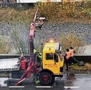 Ein Roller musste am Sonntagvormittag aus der Muota geborgen werden. Leserbild: Roland Kälin