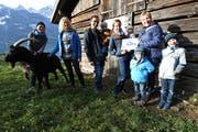 Die Gewinnerfamilie Helen und Simon Ziegler mit ihren beiden Kindern Marvin und Lennja nehmen den Gutschein für das Ziegentrekking entgegen. (Bild: PD)