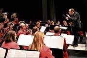 Die Harmoniemusik Stans widmete ihr Konzert unter dem Titel «Benvenuto Roberto» ganz und gar dem neuen Dirigenten Roberto Cereghetti. (Bild: Romano Cuonz (Stans, 2. Dezember 2018))