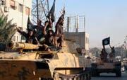 Jubelnde IS-Kämpfer in der syrischen Stadt Raqqa. Bild: Raqqa Media Center/AP (30. Juni 2014)