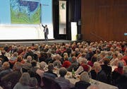 Thomas Bucheli von SRF-Meteo erklärt den rund 500 Gästen im «Thurgauerhof»-Saal Wetterphänomene. (Bild: PD)