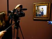 «Dienstmagd mit dem Milchkrug» ist eines von 36 erhaltenen Gemälden von Johannes Vermeer: In einem digitalen Museum können die Meisterwerke überall und kostenlos betrachtet werden. (Bild: KEYSTONE/AP/FRANCOIS MORI)
