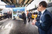 Toni Häne, Chef SBB-Personenverkehr, fügt ein Puzzleteil ein. Walter Schönholzer, Regierungsrat Thurgau, und Peter Füglistaler, Direktor Bundesamt für Verkehr, applaudieren. (Bild: Andrea Stalder)
