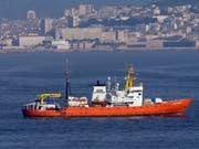 Die «Aquarius» vor Marseille. Der Bundesrat lehnt es ab, das Flüchtlingsrettungsschiff unter Schweizer Flagge fahren zu lassen. (Bild: KEYSTONE/AP/CLAUDE PARIS)