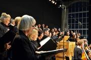 Der Konzertchor Ostschweiz «verstärkt» sang die Weihnachtsbotschaft im Presswerk. (Bild: Max Eichenberger)