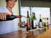 Für Weine aus dem Burgund werden Rekordpreise geboten. (Bild: KEYSTONE/JEAN-CHRISTOPHE BOTT)