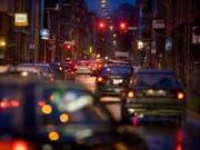 Für Eilige ist das Rotlicht ein Ärgernis. Doch Verkehrsampeln retten seit nunmehr 150 Jahren Menschenleben. Und werden vermutlich in naher Zukunft überflüssig. (Bild: Keystone/MARTIN RUETSCHI)