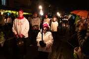Kinder weisen dem Samichlaus, seinem Gefolge und den Trinklern mit ihren Leuchten den Weg. (Bild: Roger Zbinden (Alpnach, 2. Dezember 2018))