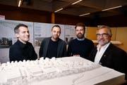 Daniel Schläpfer, Giulio Bettini und Daniel Penzis präsentieren mit Paul Langengger das Siegerprojekt.Bild: Stefan Kaiser (Baar, 3. Dezember 2018))