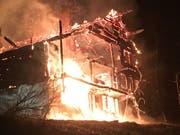 Das Chalet stand beim Eintreffen der Feuerwehr bereits in Vollbrand. (Bild: Kantonspolizei Waadt)
