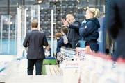 EVZ-Academy-Cheftrainer Jason O'Leary gibt seinem Team von der Bank aus Anweisungen. (Bild: Roger Zbinden (Zug, 15. September 2018))