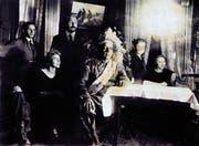 Irokesen-Chief Deskaheh 1923 in Zürich in der prächtigen Montur eines Plains-Indianers. Die originale Irokesenbekleidung und -bemalung schien ihm für den Besuch in Europa zu furchterregend. Links hinter ihm Gastgeber Paul E.Haug, links Deskahehs Geliebte Hedwige Barblan. (Bild: Bilger Verlag/Familienbesitz Haug)