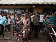Wählerinnen und Wähler brauchten in Kinshasa viel Geduld, um ihre Stimme abzugeben. (Bild: KEYSTONE/EPA/STEFAN KLEINOWITZ)