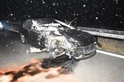 In Buchs ist ein 27-Jähriger mit seinem Auto einem Salzlastwagen aufgefahren. (Bilder: Kapo SG)