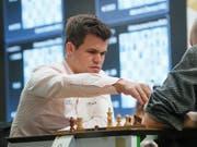 Magnus Carlsen führt die Schachfiguren auch bei geringer Bedenkzeit präzise zum Sieg. (Bild: KEYSTONE/AP/DMITRI LOVETSKY)