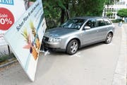 «Bilden sie sich weiter»: Autofahrerin fährt aus unbekannten Gründen in Werbetafel. (Bild: Stapo SG)