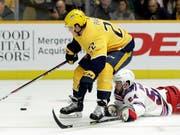 Kevin Fiala behauptet sich gegen New Yorks Adam McQuaid (Bild: KEYSTONE/AP/MARK HUMPHREY)