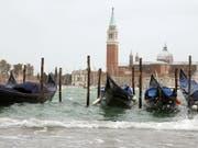 Es reicht! Basta!, sagen sich die Venezianer und wollen jetzt den Tagestourismus drosseln mit einer Art «Eintritt». Immerhin suchen rund 30 Millionen Touristen pro Jahr die 50'000-Einwohner-Stadt im Wasser heim, das sind über 80'000 pro Tag, also mehr als deren Gesamtbevölkerung. Das nervt. (Bild: KEYSTONE/EPA ANSA/ANDREA MEROLA)
