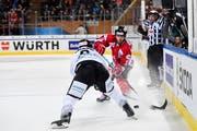 Im Kampf um den Puck: Dion Knelsen (Team Canada, rechts) und Shawn Lalonde (Ice Tigers Nürnberg) im Halbfinal am Spengler Cup in Davos. (KEYSTONE/Gian Ehrenzeller).